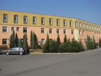 Hlavní budova z příjezdové cesty