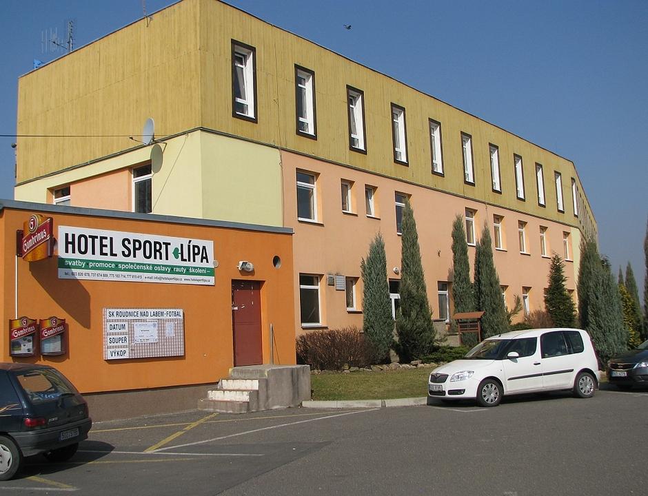 Hlavní budova z parkoviště