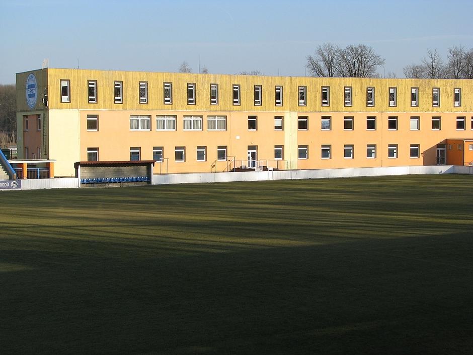 Hlavní budova z tribuny